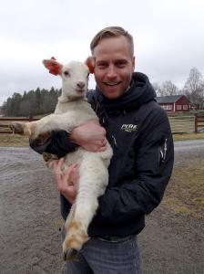 Jarno Ihala on ottanut Vapolan tilan karitsan lisäksi kantaakseen Minifarmin järjestelyt.
